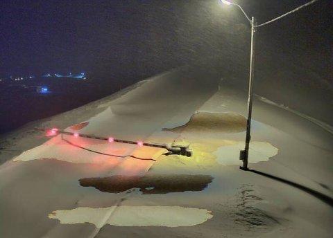STENGT: Flere veier i Nordkapp var stengt sent mandag. Bildet viser E69 Kamøyværkrysset.