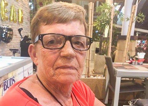 STÅR HAN AV: - Vi står han av og skal nok klare oss, sier Britt Tande (72)