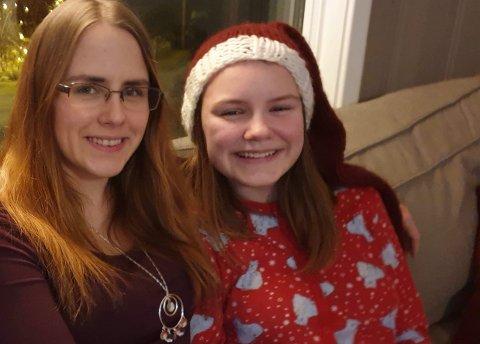 LITEN SKOLE: Iselin Smelror Løberg (29) og datteren Hailey (12) flytter sammen med resten av familien til Tana fra Sørskogbygda i Elverum. Hailey har valgt å gå på en av de mindre skolene i kommunen. Iselin og Hailey synes mindre skoler er best. Bildet er fra julen.