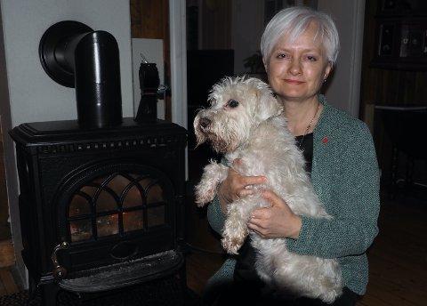 VELKOMST: Når Anita Ravlo Sand (53) kommer hjem etter en lang dag som ordfører, venter to glade hunder i velkomstkomiteen. Avbildet, dvergschnauzeren Lea (11).