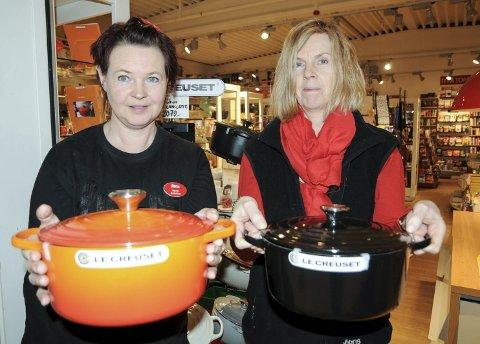 Fortviler: Butikkmedarbeider Maya Ulverud (t.v.) og daglig leder Ellen Lundberg i Traktøren på Sørumsand med tilsvarende kjeler som har blitt stjålet i butikken.Foto: anita Jacobsen