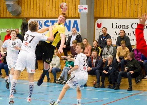 Tobias Myrbakk (i gult) noterte seg for 13 nettkjenninger for Lillestrøm topphåndball da første runde av Lerøyserien ble spilt i Frognerhallen lørdag.