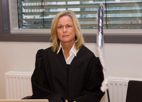 TILSTADE I RETTEN: Bistadsadvokat Kjersti Jæger fortel om tøffe dagar for Sigbjørn Svelis foreldre, som i to dagar har fulgt forklaringane til dei unge mennene som er tiltalt for å ha tatt livet av sonen deira.