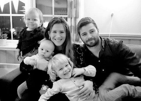 ISOLERER SEG: Ole Torland Mjåtveit og Veronica Mjåtveit har ei dotter, Aurora (oppe t.v.), med leukemi. Dei gjer sitt ytterste for å verna henne mot infeksjonar og sjukdom, men er heilt avhengige av at helsepersonellet dei møter på sjukehuset, held seg friske. Severin sit på fanget til mor, Ferdinand på fanget til far, på bildet frå julaftan.