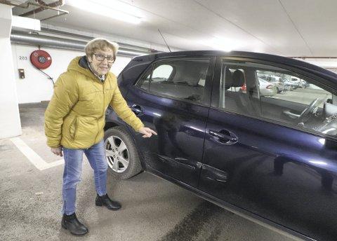 Riper og bulker: Aud Løvald viste fram skadene hun ble påført ved å stå parkert på Kleivbrottet. Foto: Pål Nordby