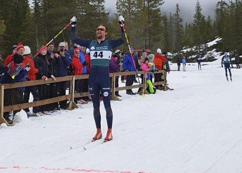 SEIERHERREN: Runar Skaug Mathisen fra Team Telemark gikk inn til seier i Knarren rundt, etter at han avgjorde duellen mot Mikael Gunnulfsen og Even Kristoffersen på mer tyngde og bedre glid i den siste utforbakken inn mot mål.