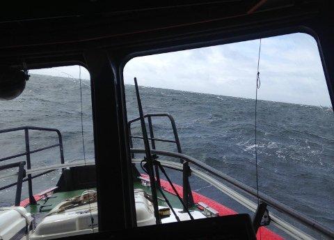 HEFTIG VÆR: Allerede i 12.00-tiden søndag ettermiddag var det store bølger utenfor innseilingen til Kragerø.
