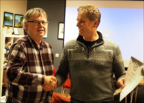 Halvor Larsen (t.v.) frå NSFF-styret kom eins ærend til Kvinnherad Fotoklubb sitt desembermøte for å heidra Atle Helland (t.h.).