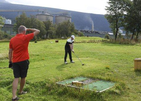 Søndag gjekk Kvinnherad Open av stabelen. Her ser du Åge Vik (t.v.) og Rudi Herskedal i aksjon under Kvinnherad golfklubb sin klubbmeisterskap i slutten av august.