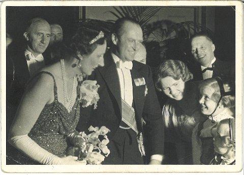 Laurits Fjelland frå Halsnøy (til høgre i bildet) utvandra til USA då han var i tjueåra. 5. mai 1939 fekk han storfint besøk i Detroit Yatch Club som han var formann for. Det var  kronprinsparet Olav og Märtha som kom på besøk i samband med det lengre USA-besøket dei gjorde i sommarmånadane det året.