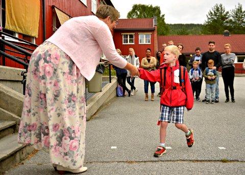 FØRST OG SIST: Rektor Anne Mette Aaby tar imot Amelian Treffers og de andre førsteklassingene for siste gang på Lampeland skole.
