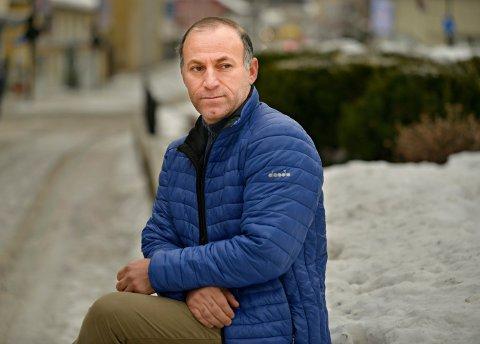 Daniel Kadrpour er lei jobbsøkingen etter å ha fått avslag på over 600 stillinger de siste årene. Nettverk betyr alt i Norge, sier kurderen som har bodd i Norge i 18 år.