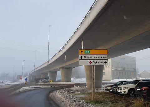 Skrus ned: Dette skiltet viser vei til Lillestrøm sykehus, som ble nedlagt i 2012. Nå skal skiltet i Svelleveien skrus ned.