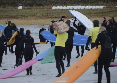 Surfing på Unstad: Elever fra breddeidrett ved Vest-Lofoten vgs.