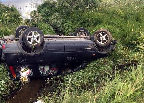 PROMILLE: Bilen endte på taket i ei elv etter utforkjøringa.  Sjåføren er siktet for kjøring i ruspåvirket tilstand.