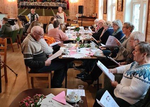 """Sang og musikk på Sørvågen bedehus lørdag. Det var åpning av det nye treffpunktet """"Aktiv hverdag"""" ."""