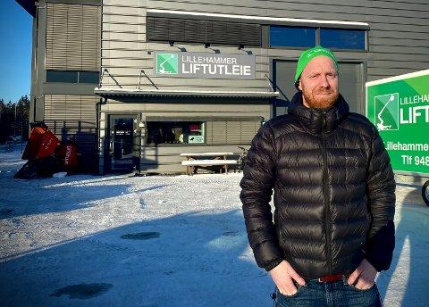 Etter ett år i  lokalene i Hovemovegen har Lillehammer Liftutleie AS snart vokst seg ut av lokalene. - Vi sliter med å finne noe nytt i Lillehammer, sier daglig leder Eistein Hegge.