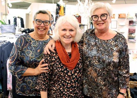 SAMMEN: Mette Vestheim (t.v.) og Vigdis Tangeland (t.h.) har jobbet for Maria Szewczyk-Olsen (midten) og Nomar i 20 år.