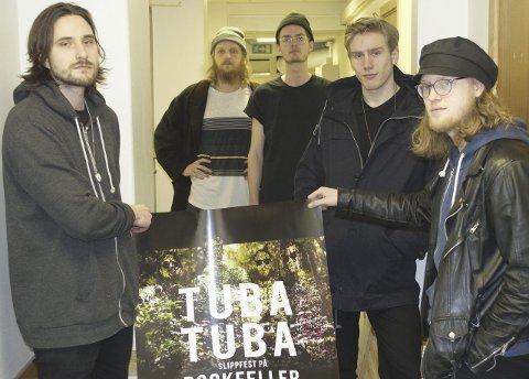 GIRER OPP: Mats Oven (f.v.), Stian Fjeld Engen, Syver Breiby, Anders Korsmo Løland og Truls Johnsen i Tuba  Tuba.  Trygve Dyrstad var ikke tilstede. Foto: Aleksander Hauge