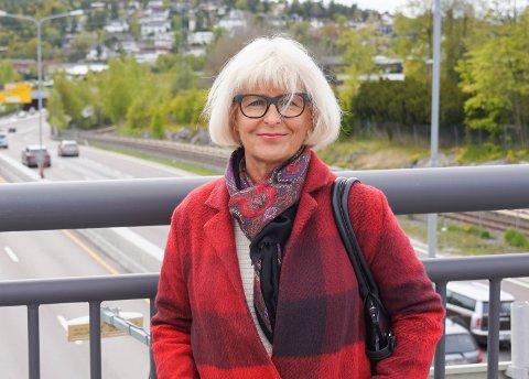 Ap-politiker Asbjørg Lyngtveit er ikke imponert over prosessen rundt en prøvestenging av Kongsveien. Hun frykter det kan føre til økt smittefare på trikken og økt kaos på veiene i bydelen. Her er lokalpolitikeren fotografert på broen over E6.