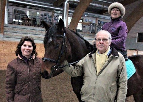 Familiebedriften EKT har holdt det gående på Ekebergsletta i nesten 60 år. Nå henger fremtiden i en tynn tråd. Sissel Falch på hest, styreleder Michael Falch og datter Sigrid Falch. Arkivfoto: Anniken Thue