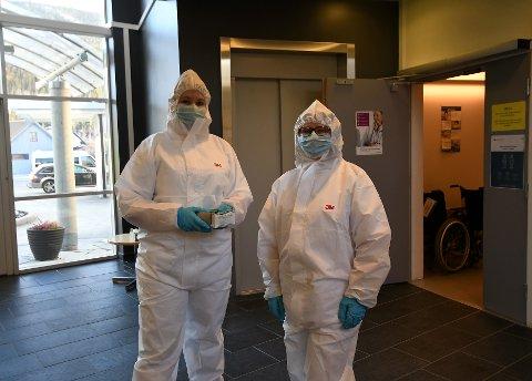 Britt Sagflaten og Anne Kjerst Sørhaugen i fullt utstyr og klare til å ta i mot folk ved Otta legekontor.