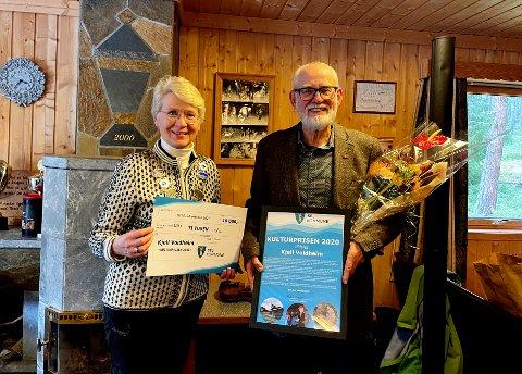 Ordfører Eldri Siem delte ut Sel kommune sin kulturpris for 2020 til Kjell Voldheim.