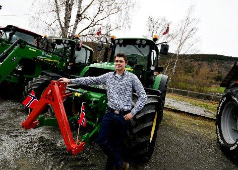Kristoffer Kleiven hadde pynta traktoren med flagg for anledningen.