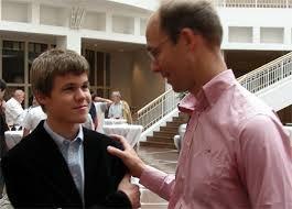 Magnus Carlsen er klart bedre enn pappa Henrik når det gjelder sjakk.