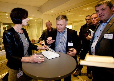 John Karlsen, som er politisk nestleder i Troms FrP sikrer seg et signert eksemplar av Hege Storhaugs nye bok. - Foredraget hennes bekrefter det mange av oss har ment og trodd lenge. Foto: Ola Solvang
