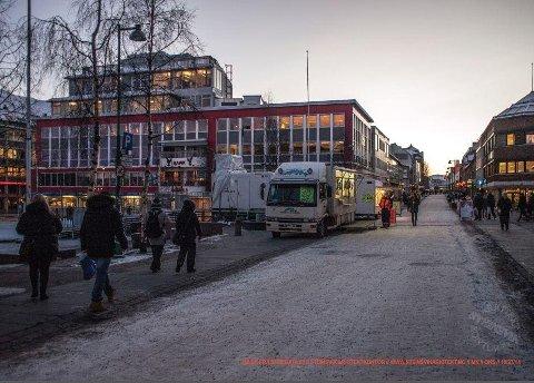 """VED TORGET: Slik ser """"Rogersbygget"""" ut i dag. Bjarne Michalsen vil gjerne bygge på en etasje på hjørnegården ut mot Storgata."""