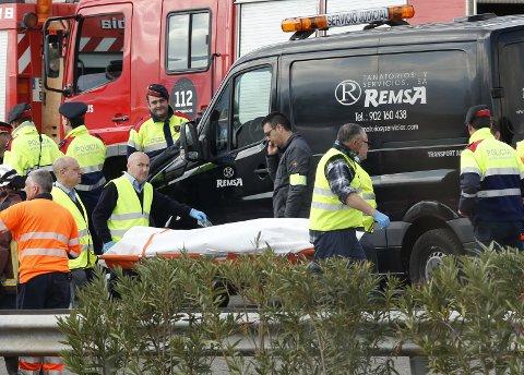 Det jobbes på spreng med å behandle skadde, og frakte omkomne bort fra ulykkesstedet i Spania.