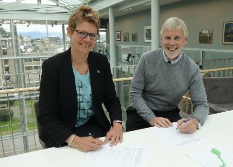 SIGNERING: Tromsø kommunes administrasjonssjef Britt Elin Steinveg og administrerende direktør i Husbanken Hammerfest, Snorre Suindquist, signerte tirsdag boligavtalen på vegne av partene.