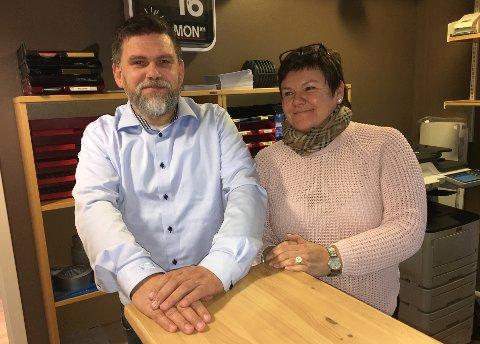 FANT INGRID - TIL SLUTT: Per Olsen, daglig leder i Høytrykksvakta, fikk sjokk da han skjønte hvor mange søkere de fikk til jobben som kontormedarbeider. Til slutt ble Ingrid Marianne Hyld den heldige som fikk jobben. Foto: Are Medby
