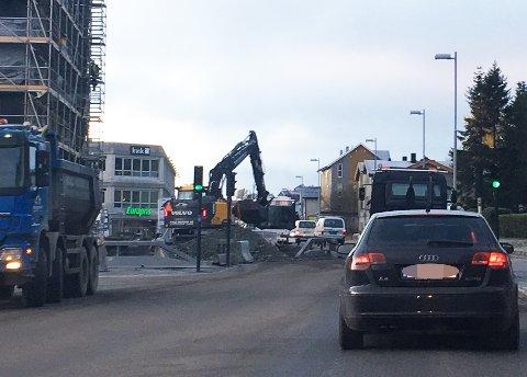 INNSNEVRET: På Stakkevollveien er kjørebanen innsnevret på grunn av arbeid. Foto: Privat
