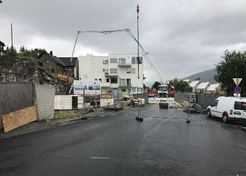 STENGT DENNE UKA: Mellomveien er igjen stengt, nå på grunn av bygginga av den siste av de tre boligblokkene. Foto: Andreas B. Høyer