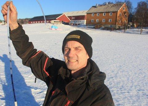 MÅLER HVER UKE: Avdelingsingeniør Svein Erik Olsen ved Nibio Holt måler tela på jordet hver uka. Nå tiltar farta, og han sier at tela flere steder fort kan være på opp mot halvannen meter. Foto: Are Medby