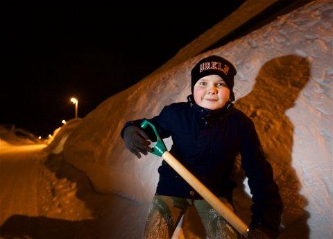 VIL MÅKE HOS DEG: Isak Kornelius Bjørnå er klar til å gyve løs på snøhaugene i Kråkebollevegen. - Det er bare å ringe, sier 12-åringen som denne uka startet sin egen snøryddevirksomhet. Foto: Ola Solvang