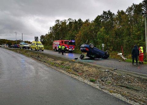 BRØT FORBUD: I september i år brøt sjåføren forbudet mot å svinge til høyre fra Heilovegen og inn på armen som leder til Tverrforbindelsen. Bilen traff et skilt og en annen bil før den havnet på taket.