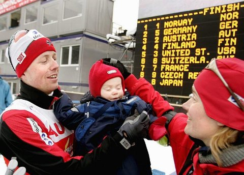 GULLDAGER: Her blir Kristian Hammer gratulert av datteren Julie og kona Kamilla etter han sikret norsk gull i lagkonkurransen under VM i Oberstdorf i 2005. Fredag gikk datteren til topps i 15-årsklassen under Hovedlandsrennet på ski. Foto: Roar Grønstad, Romerikes Blad