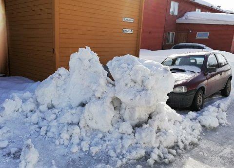 STORE KLUMPER: Det var ikke småtterier av is- og snøklumper som ble forlatt foran bilen til Robin Edvardsen.