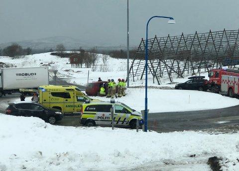 UHELL: Bilen havnet på trafikkøya i rundkjøringen ved Tromsø lufthavn.