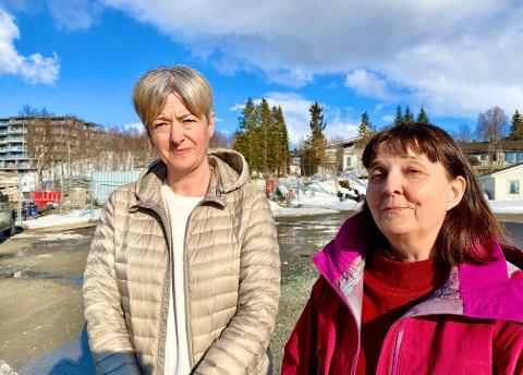 - PÅ SØLVFAT: Gry Bråthen (til venstre) og Audny Anke ønsker velkommen byggeprosjektet som planlegges bak dem i Workinnmarka. Her ligger det an til omsorgsboliger for unge med funksjonsnedsettelser.  - Et prosjekt servert på sølvfat, sier Bråthen.