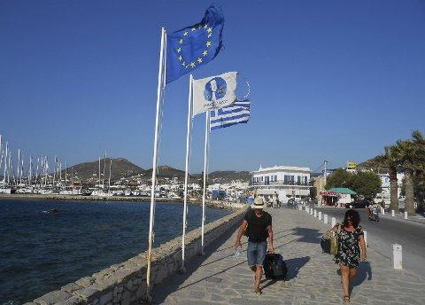 Turister på Paros. De får nå vansker med å få ut penger - Hellas har stengt bankene i seks dager. REUTERS/Matthias Williams