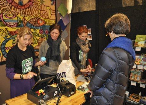 Annerledes julebutikk: Tine Thorstensen (f.v.), Elisabeth Bratås og An-Magritt Seeland bak disken i Storgata 15. Foto: Trude G. Dale