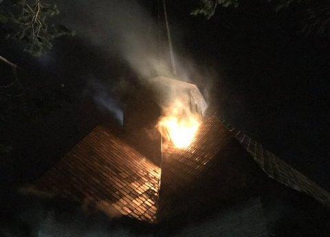 ÅPNE FLAMMER: Klokken 05.37 skal brannvesenet har kontroll på stedet. Det var da ikke lenger åpne flammer.