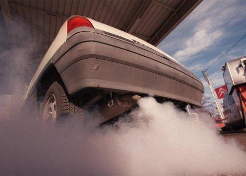 BIL PÅ TOMGANG: Selv om det er behagelig å sette seg inn i en oppvarmet bil, husk at du risikerer bøter, tyveri og ikke minst forpesting av miljøet. (Illustrasjonsfoto: Tryg)