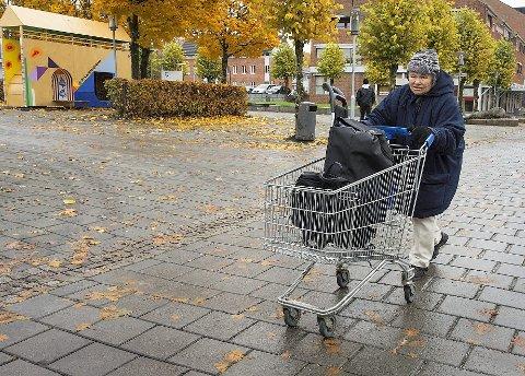 GJENNOM SKI: Kjersti Norum vil heller ha handlevogn enn rullator for å kunne få med seg alt. Det mest irriterende hun vet er når noen har flyttet på vogna, eller veien er sperret i Ski sentrum. På dagtid går hun på besøk eller er innom kafeer hun liker. Alle foto: Kari Kløvstad
