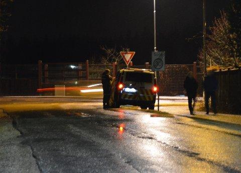 Politiet på stedet ved 20-tiden etter en påkjørsel i Ås tirsdag kveld.