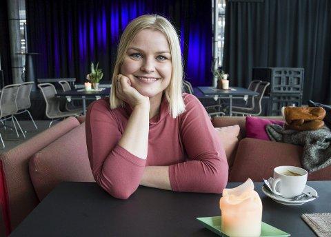 Camilla Svendsen  er klar for jobben som leder av kulturavdelingen i Larvik kommune, og gleder seg til å få innblikk i alt som skjer i byen hun gikk på skole i på siste videregående. Foto: Kjersti Bache.